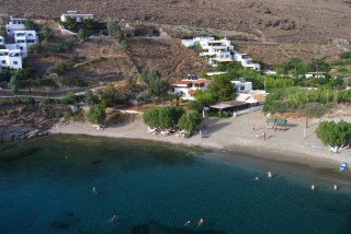 beaches porto klaras apokrousi beach next to Kythnos houses