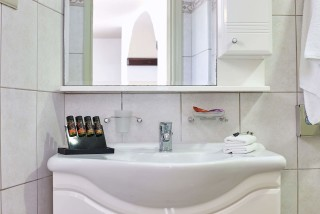 superior studio porto klaras bathroom offers shampoo, shower gel, soal and clean towels