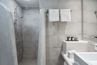 family suite porto klaras shower