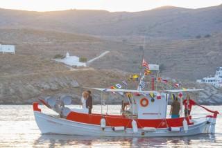 weddings porto klaras boat with bride and groom