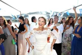 weddings porto klaras bride is dancing next to the guests