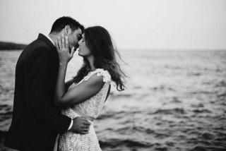 weddings porto klaras wife and husband kissing next to the Aegean Sea